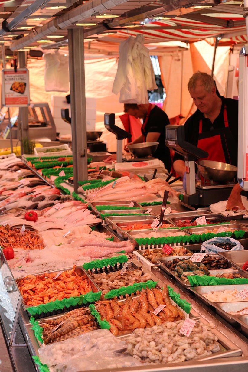 Peixes e frutos do mar prontos para serem vendidos no Albert Cuyp Market