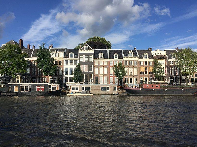 Casas dentro e fora das águas dos canais de Amsterdam
