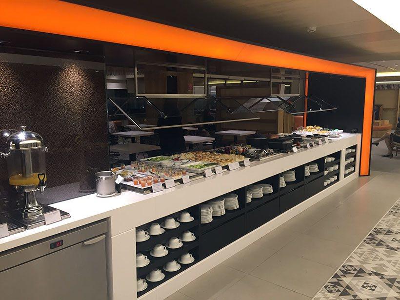 Sucos, bebidas, refeições completas e pequenos quitutes no buffet da sala Vip Gol/Smiles