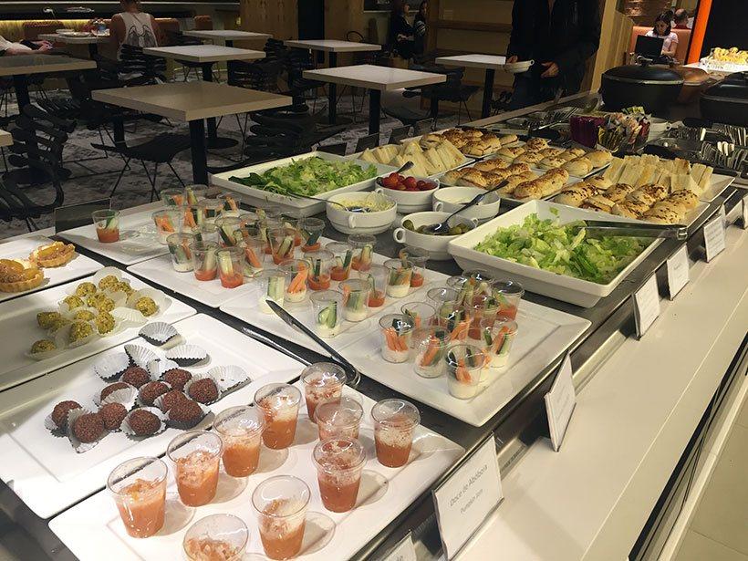 Doces e salad-bar no Vip Lounge Smiles