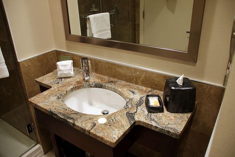 Detalhes do banheiro do meu quarto no Holiday Inn Manhattan View