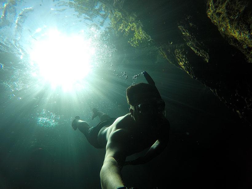 Espetáculo de luzes novamente enquanto mergulhava neste terceiro cenote