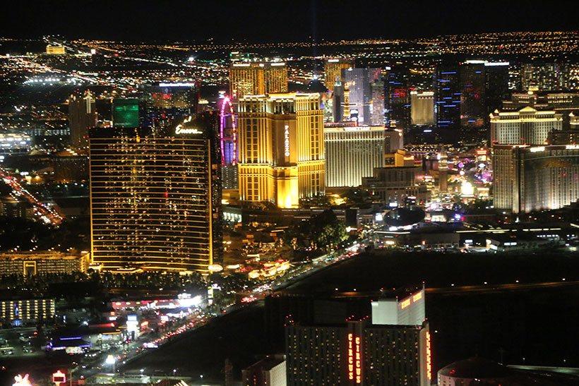 Iluminação dos edifícios contemplada em um voo noturno de helicóptero