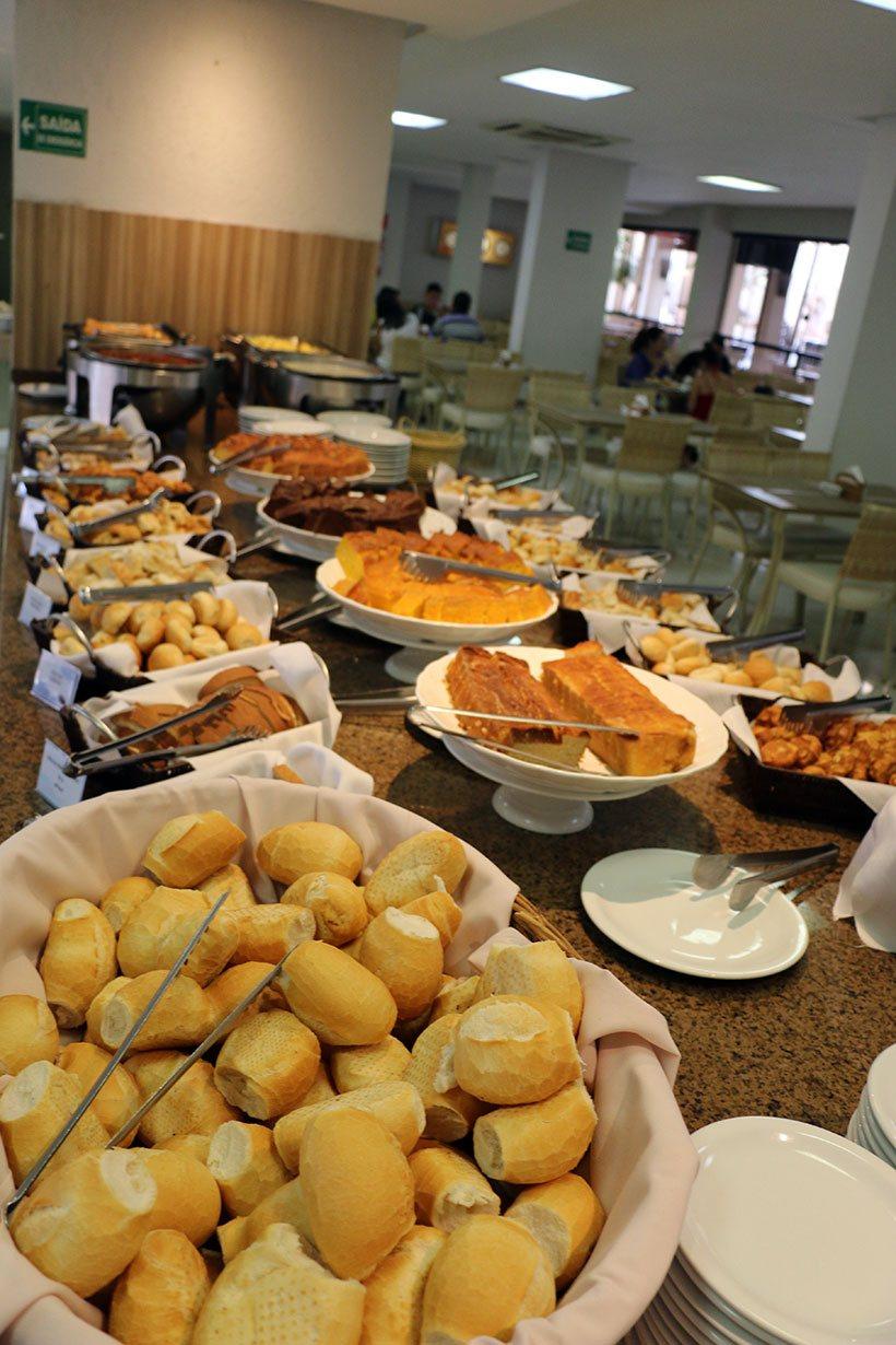 Café da manhã farto e com iguarias regionais em Caldas Novas