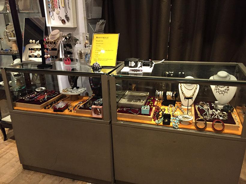 Acessórios usados disponíveis para venda em um brexó de Manhattan