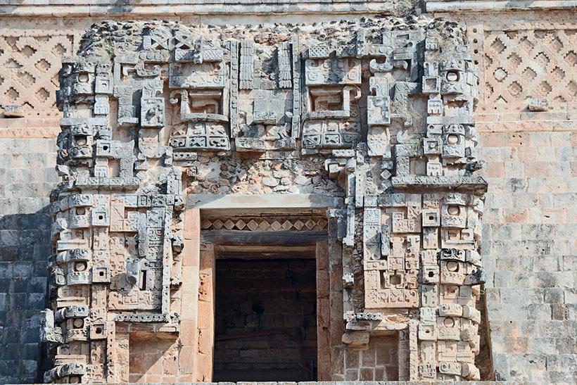 Riqueza de detalhes nos adornos de pedra em porta localizada no topo da pirâmide
