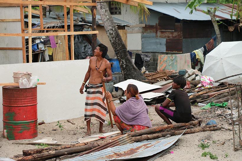 Vida normal em vilarejo da ilha de Koh Mook