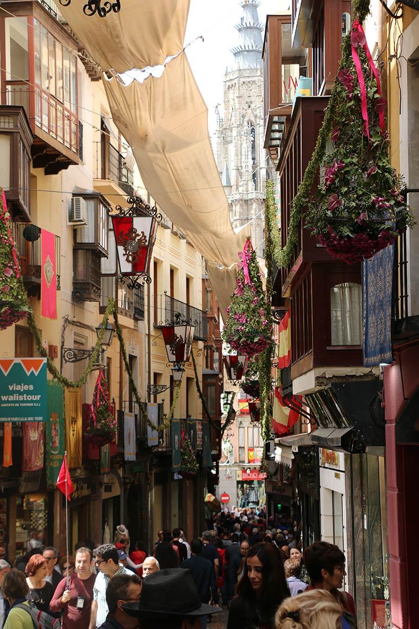 Turistas caminham pelas ruas de Toledo
