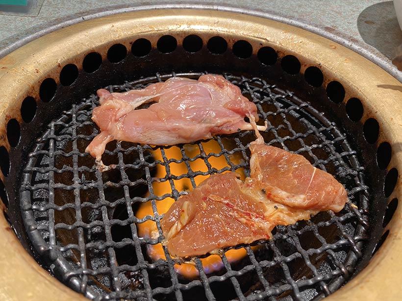 Frango e porco sendo assados no estilo coreano - Korean BBQ em Vancouver