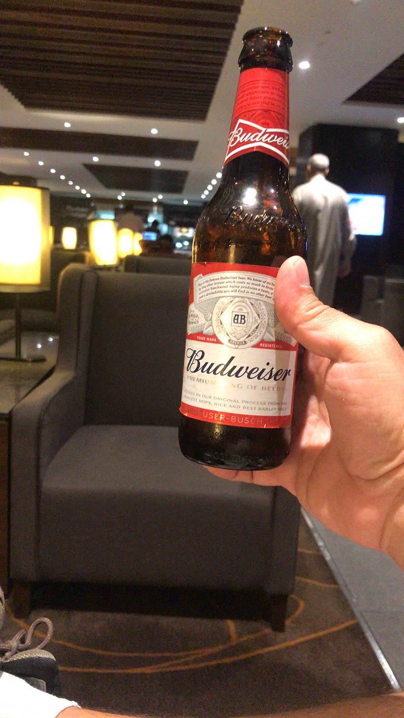 Tomando cerveja no VIP Lounge de Bangalore em uma conexão na Índia