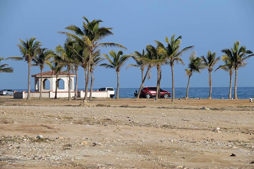 Visual paradisíaco de uma bela praia mais próxima da cidade de Salalah
