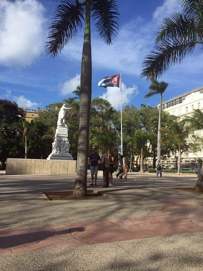 Praça no centro de Cuba com uma baneira hasteada
