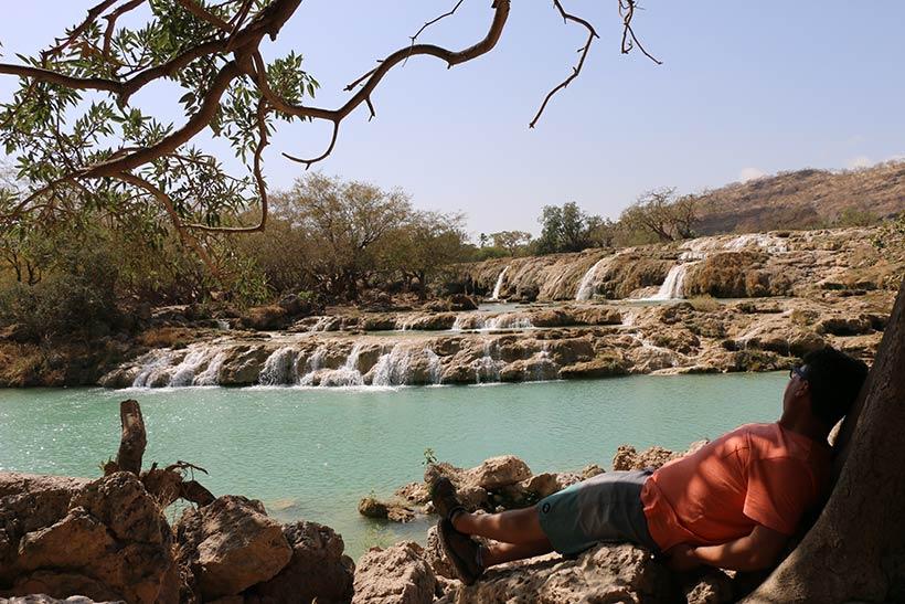 Descansando na sombra do oásis Wadi Darbat